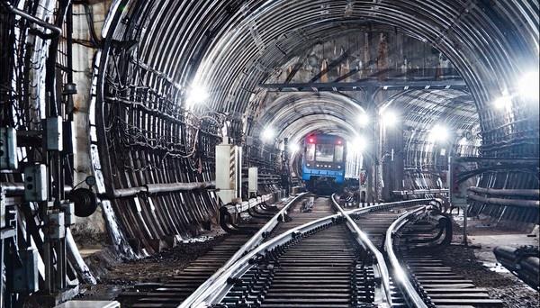На перегоні між станціями київського метро сталося задимлення