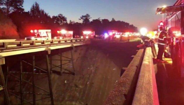 У США автобус із дітьми впав у яр - один загиблий, десятки поранених