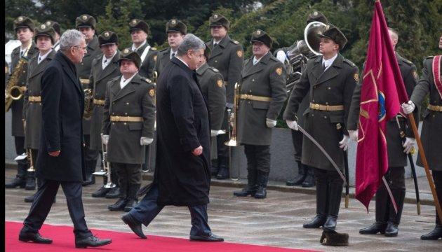 Präsident Poroschenko nimmt Mütze eines Soldaten der Ehrenformation auf - Video