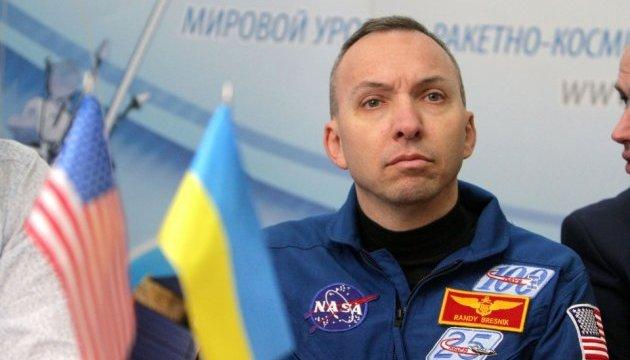 Американський астронавт повернув у Дніпро прапор України, який побував у космосі