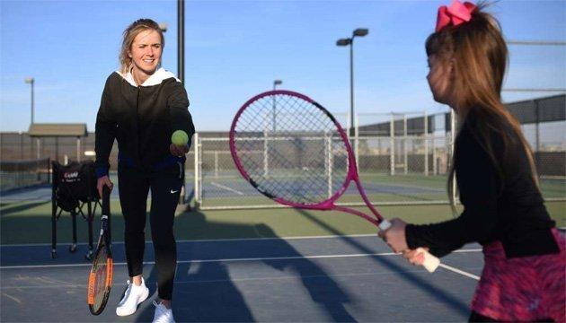 Svitolina da una clase magistral en el centro de tenis para niños en los EEUU