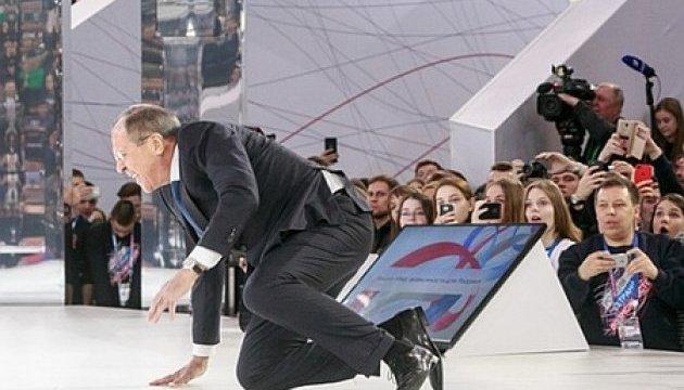 Лавров грохнулся на сцене форума в России