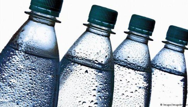 У мінеральній воді в пляшках знайшли мікропластик