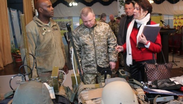 U.S. Army hands over 20 kits of metal detectors to Ukraine
