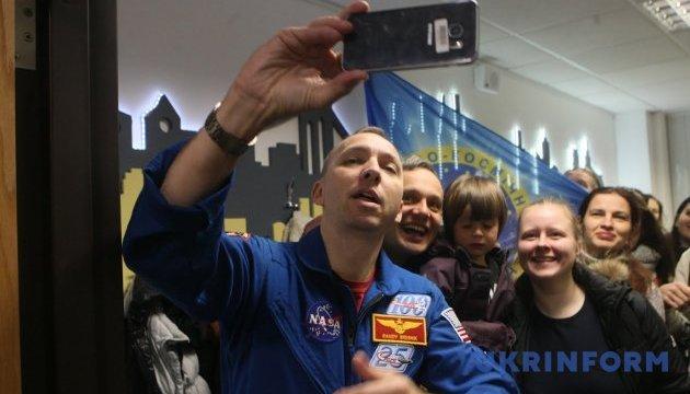 Американський астронавт, який полюбив українську дитину та її батьківщину, розповів про Космос