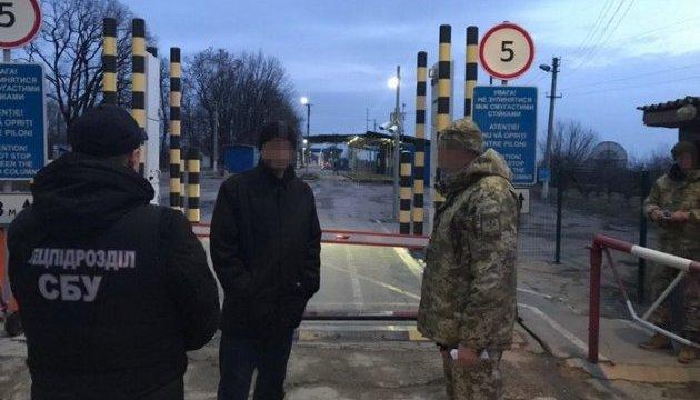 Кримінального авторитета з Молдови видворили за межі України