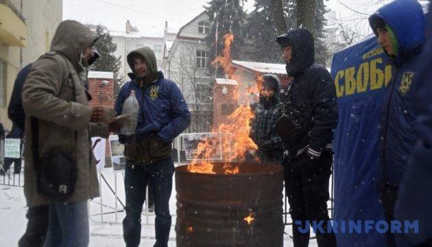 У Львові біля Генконсульства РФ спалили макет Кремля
