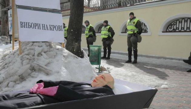 """У Харкові до російського консульства принесли труну з """"Путіним"""""""