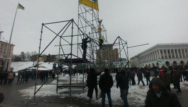 Двох учасників демонтажу конструкцій на Майдані забрали у поліцію
