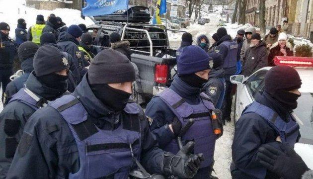 Поліція зупинила авто з пробігу до маєтку Порошенка