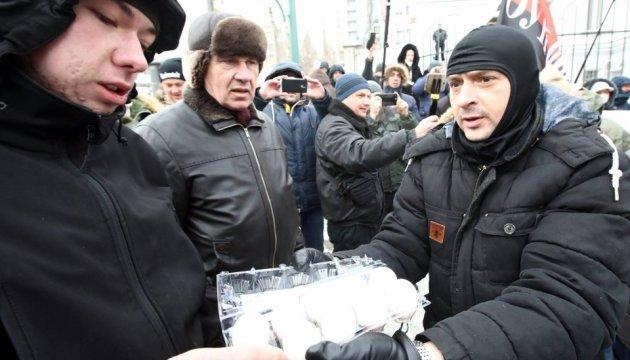 Активісти закидали посольство РФ у Києві яйцями та зеленкою