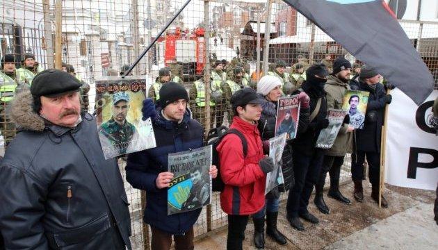 Возле посольства РФ в Киеве требуют разорвать дипотношения с Кремлем