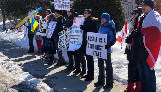 В Оттаве пикетируют посольство России