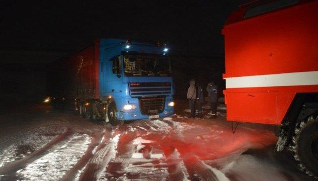 Під Дніпром рятувальники витягли із заметів 68 авто