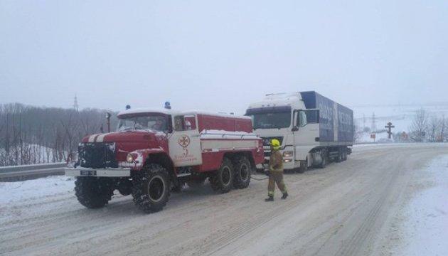 На Хмельниччині рятувальники звільнили зі снігового полону 20 авто