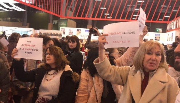 Акция против Прилепина в Париже: между участниками и охраной произошли потасовки