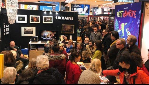 На Паризькому книжковому салоні представили брошури про бранців Кремля