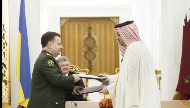 Defense Minister Poltorak signs military cooperation document in Qatar