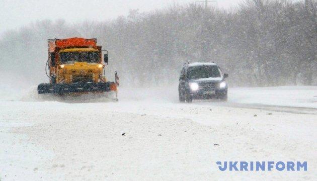 На Херсонщині через снігопади різко зросла аварійність на дорогах