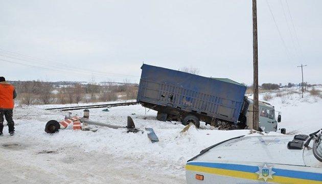 На переїзді під Троїцьким КамАЗ зіткнувся із локомотивом