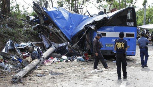 На Филиппинах автобус упал в овраг, 19 погибших