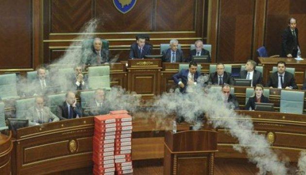 У Косові депутати розпилювали сльозогінний газ у парламенті