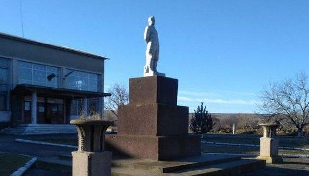 Глава сельсовета не хочет сносить памятник Кирову - нет таблички