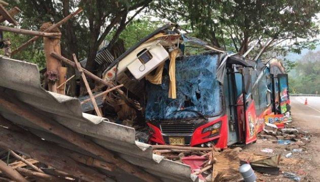 У Таїланді двоповерховий автобус зіткнувся з вантажівкою, є загиблі