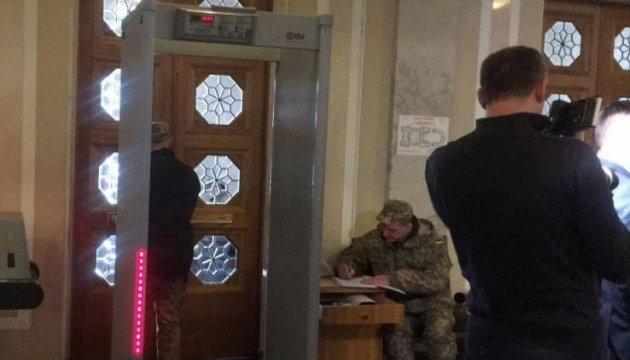 Рамки на входе: в Раде - первый день спецрежима допуска депутатов