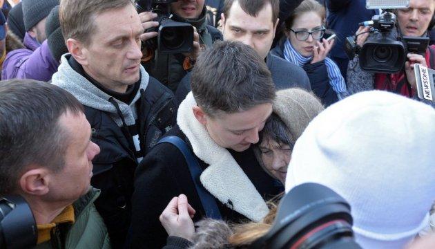 Савченко віддала рідним свою Зірку Героя