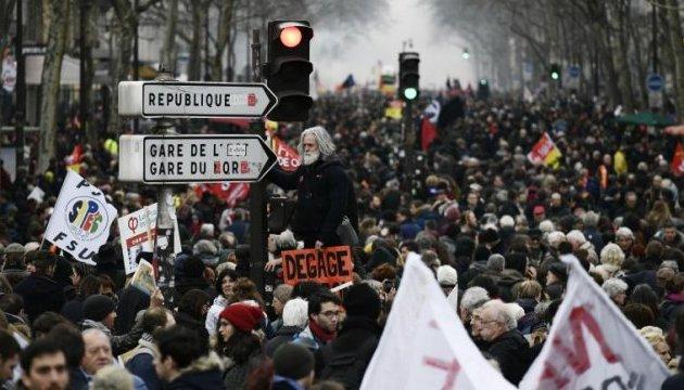 У Парижі - масовий протест держслужбовців: поліція застосовує сльозогон і водомети