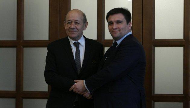 Главы МИД Украины и Франции встретились с бывшими политзаключенными Кремля