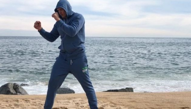 Усик проводить тренування перед боєм з Гассієвим на пляжі Барселони