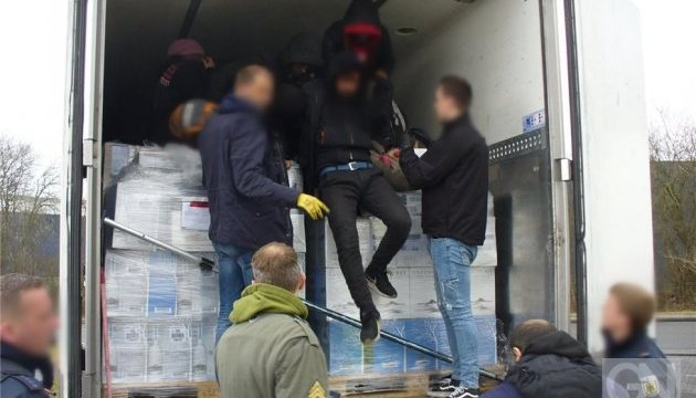 В Германии украинский водитель нашел в своем грузовике девятерых беженцев