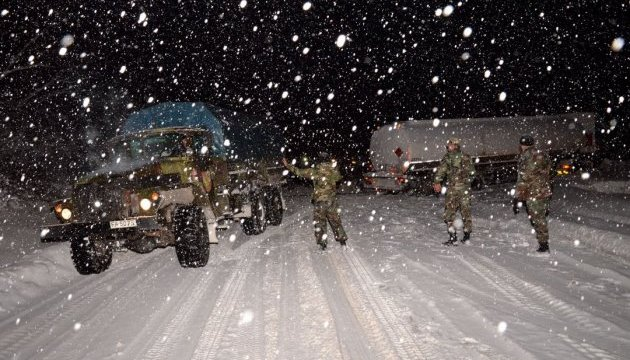 Армія Молдови допомагає розблоковувати автошляхи від снігу