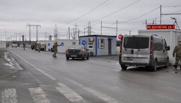 У пунктах пропуску на лінії розмежування застрягли 215 авто