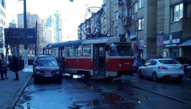 У Києві трамвай зійшов з рейок і протаранив Lexus