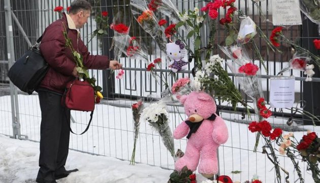 Трагедія у Кемерові: українці другий день несуть квіти під посольство РФ