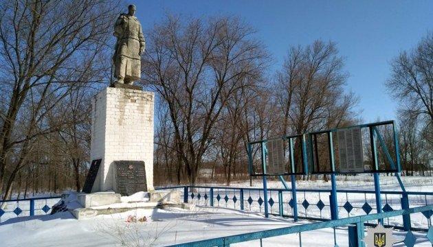 Вандали пошкодили братську могилу на Харківщині