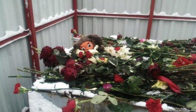 Траур закончился: из-под посольства РФ в Минске выбросили цветы и игрушки