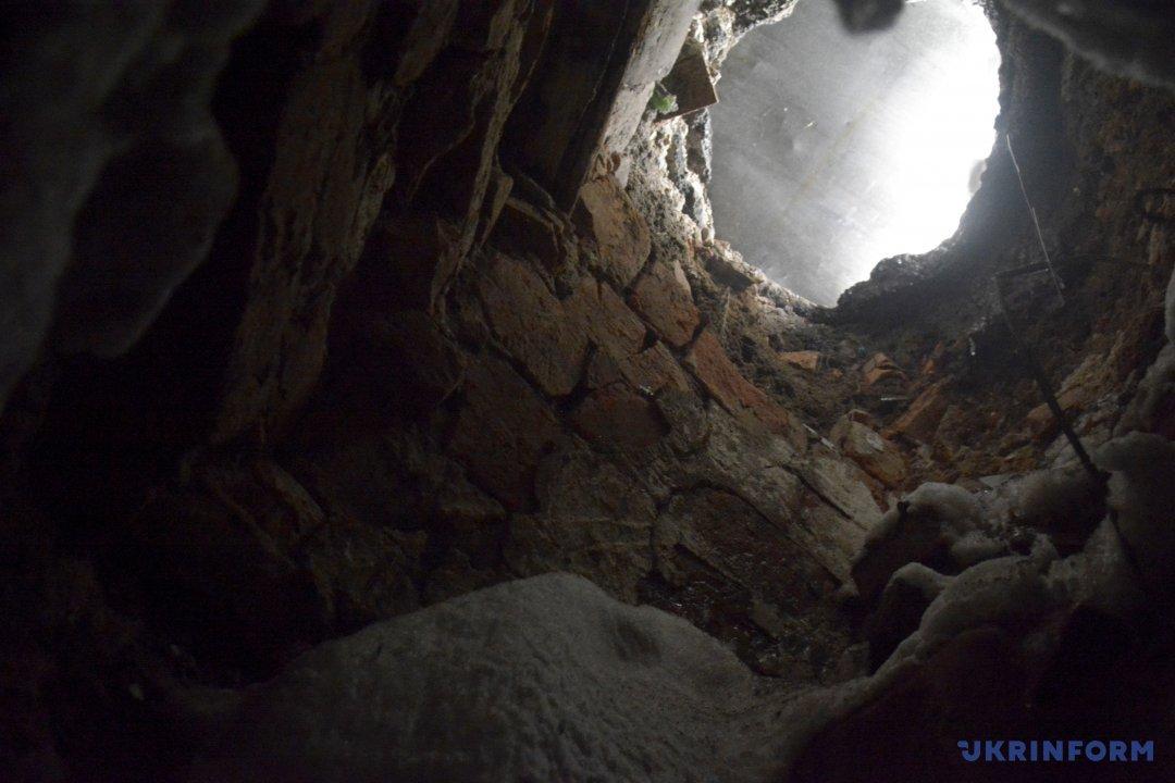 Провалля, що відкридло підземний хід  на території подвір