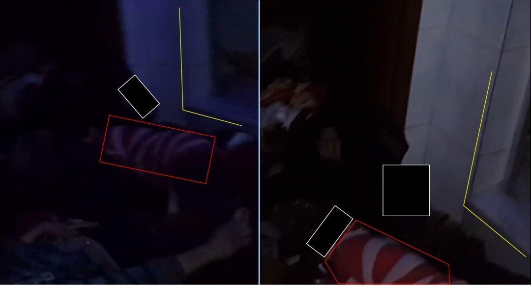 Дверной проем и тело ребенка в характерной одежде с красно-белыми полосами. Лица заретушированы