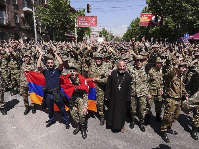 У Вірменії сотні військових підтримали протест