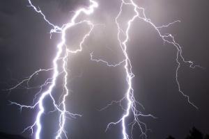 На Рівненщині блискавка уразила одразу двох людей