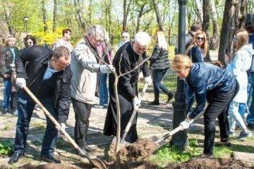 基辅城市花园增添和平林荫道