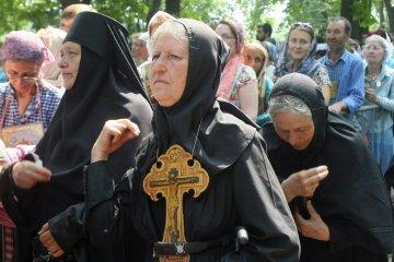 Сторонники УПЦ МП сняли украинский флаг возле храма в Винницкой области