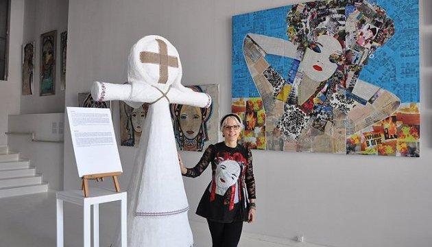 Американська художниця презентувала у Києві виставку про українську жінку