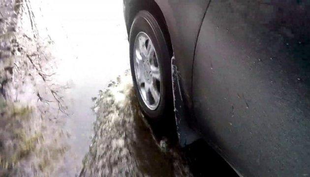 На трасі Київ-Харків - повінь, автомобілі їдуть у воді