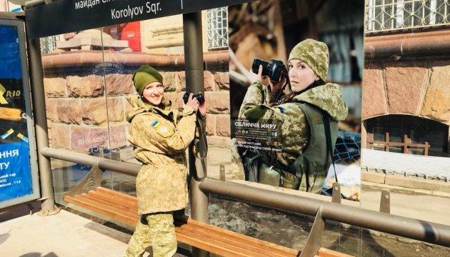 На зупинках Житомира розклеїли фото українських захисників