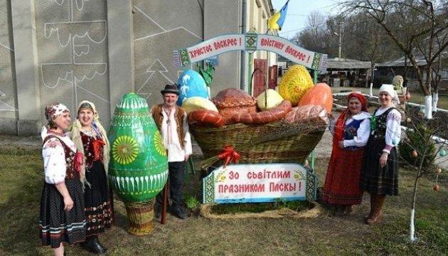 Велетенський великодній кошик сплели на Тернопільщині